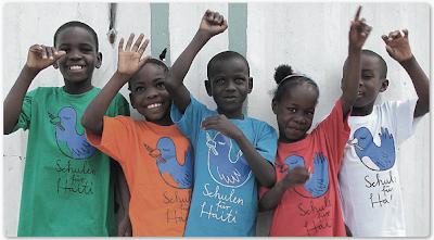 Haitianische Schulkinder mit bunten T-Shirts des Projekts