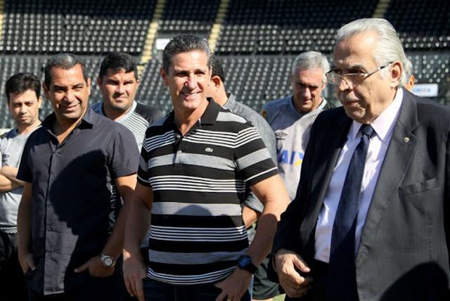 Ao lado do auxiliar Zico, Jorginho teve o primeiro contato com o elenco vascaíno nesta manhã (Foto: Marcelo Sadio/Vasco)
