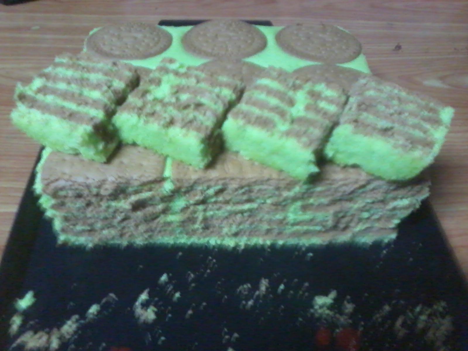 Kek ni memang sedapsetelah kek dipotong punbiskut marie dalam kek