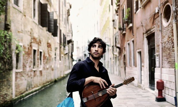 Avi Avital photo credit Harold Hoffman Deutsche Grammophon