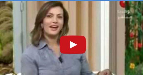 بالفيديو- متّصل يحرج مذيعة على الهواء مباشرة بسبب ملابسها القصيرة!
