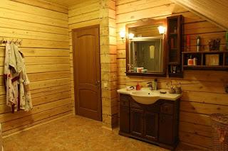 """Всем известен тот факт, что деревянные дома из бруса пропускают воздух, или, если так можно выразиться, """"дышат"""". Это качество деревянных домов объясняется непосредственно свойства основного материала - дерево, которое и """"дышит"""" за счёт своей волокнистой структуре. Именно из-за этого качества дерева в домах из него каждый замечал особый микроклимат. И ведь этот климат присущий исключительно деревянному дому. Заметим, факт того, что такой климат деревянного дома весьма положительно влияет на человеческое  здоровье и настроение доказан наукой."""