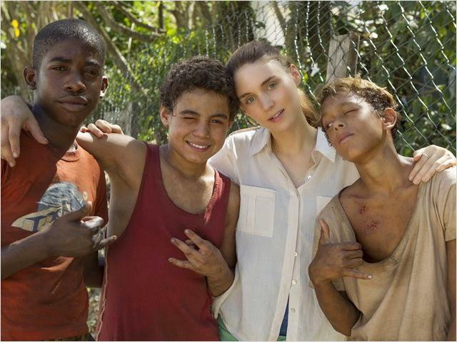 Rooney Mara junto con los chicos que protagonizan Trash: Ladrones de Esperanza
