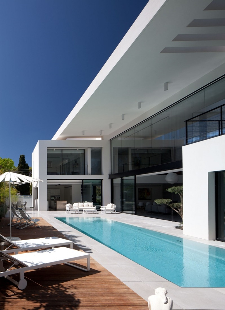 Terrace with swimming pool in Modern Bauhaus Mansion In Israel