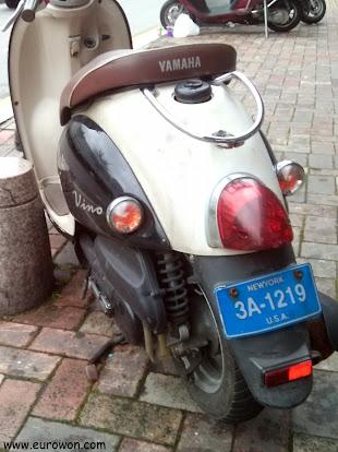Moto coreana con matrícula de Nueva York (Estados Unidos)