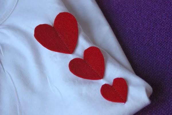 aplicación de corazones de fieltro en camiseta