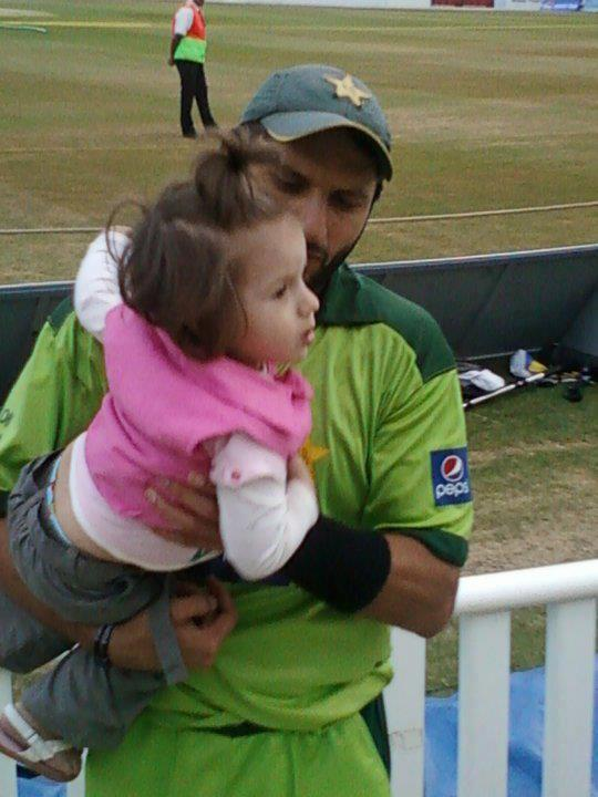 Shahid Afridi With Her Fantastic Daughter