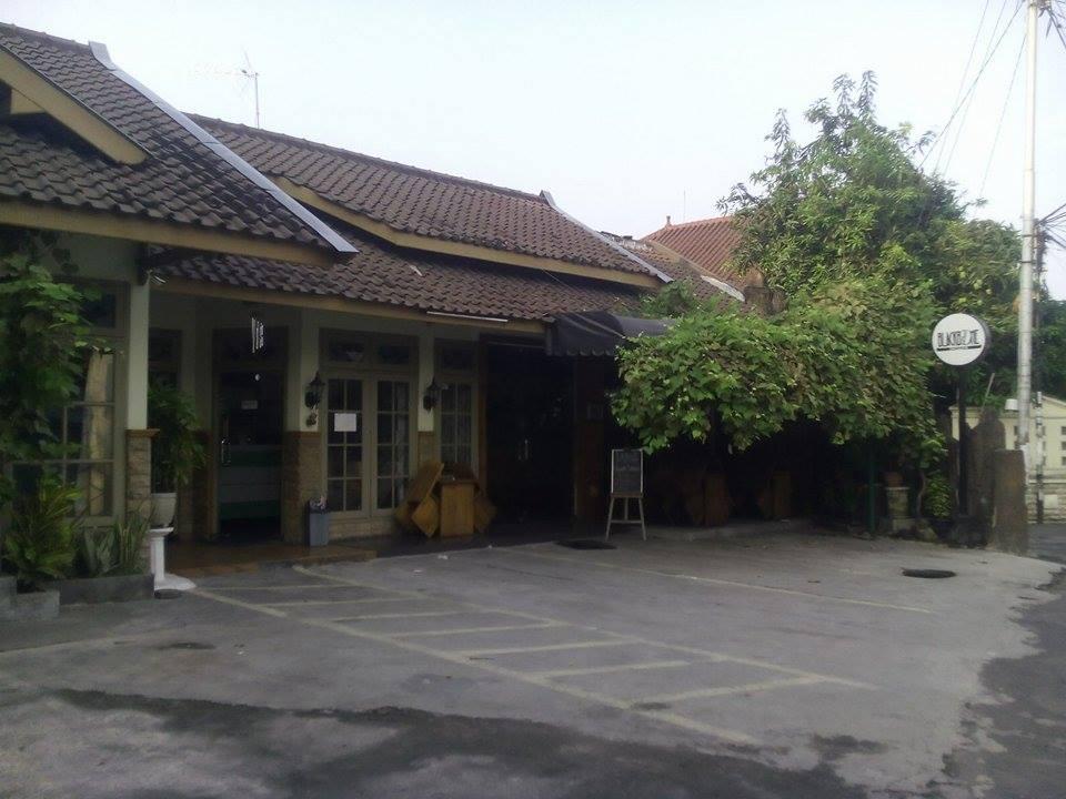 Memasuki Hotel Di Yogyakarta Dekat Kampus UGM Dalam Kondisi Sadar Dan Cuaca Terang Membuat Fenny Kembali Terkekeh Jalan Setapak Yang Membelah Deretan Kamar