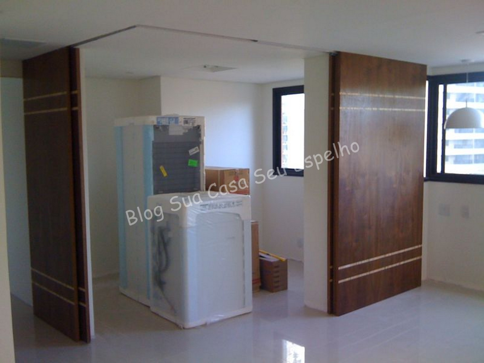 Sua Casa Seu Espelho: Portas de correr para criar ambientes  #335C98 1600x1200 Banheiro Acessivel Porta De Correr