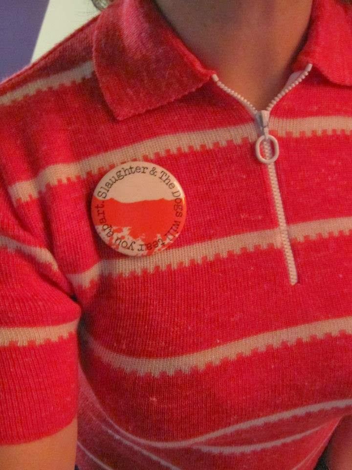 """A la demande générale de la Direction Générale de Vaires Sur Marne ,  Les nouveaux articles comporteront une suite de lettres  qui , croisons les doigts , formeront des mots peut-être  aflsddsdghhhhffrhykyykhfhjo   merde ça ne marche pas  Regis Clinquart je ne suis pas      Fabie Stouquette   ( eh oui, je l'ai faite !)           Une paire de menottes en or que n'aurait pas reniées Bernard Madoff   Un badge de Protex """" Listen Good Vibrations records or Fuck off !"""" Un bigoudi en plastique 24 carats   un badge période guerre froide """"Send a message to Russia""""  Un badge des Slaughter and the Dogs de Manchester  Une broche pink glitter  Une pelle pour mieux t'enterrer mon enfant   et  malgré les 5000 amendements  d' inséparables Gallus gallus domesticus   qui ne se quittent plusse broche vintage 1950 50s 1960 60s 1970 70s 1980 80s punk rock kbd badge années 50 60 70 80 brooch pinback pin button  handcuffs hair curler roller shovel spade rooster"""