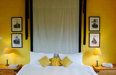 quarto de casal em amarelo