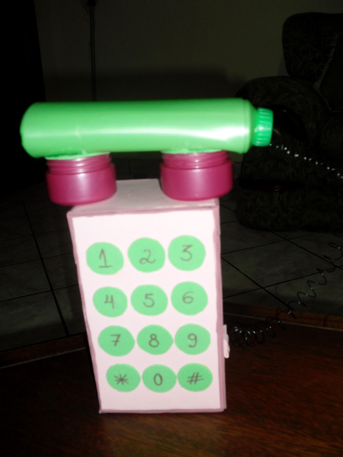 Telefone feito com caixa de sapato, espiral de caderno, embalagem de
