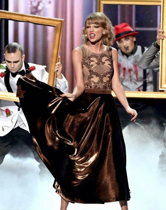 But unlike her last look, I just can't excited about it. Sporting a slicked brown dress, the singer made another long trek down on the stage.