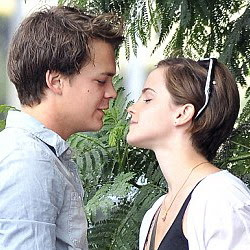 Emma Watson,Johnny Simmons,kiss,foto,ciuman