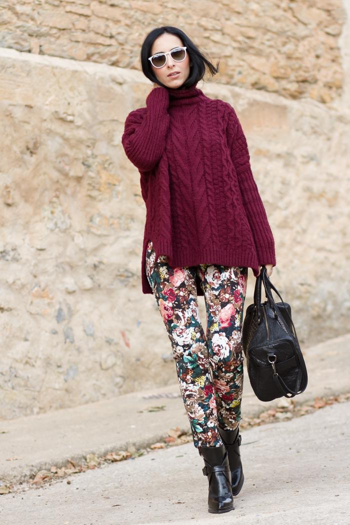 Look con pantalones de neopreno de flores y maxi jersey de cuello alto color burgundy Blog de moda yTendencias Valencia withorwithoutshoes