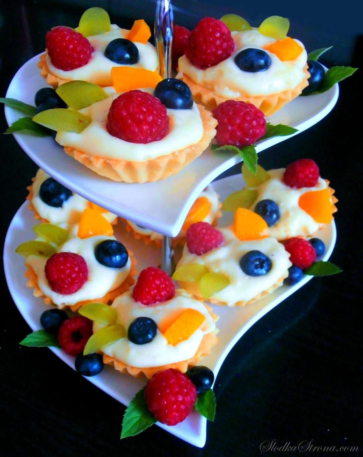 Babeczki z Masą Budyniową i Owocami - Przepis - Słodka Strona