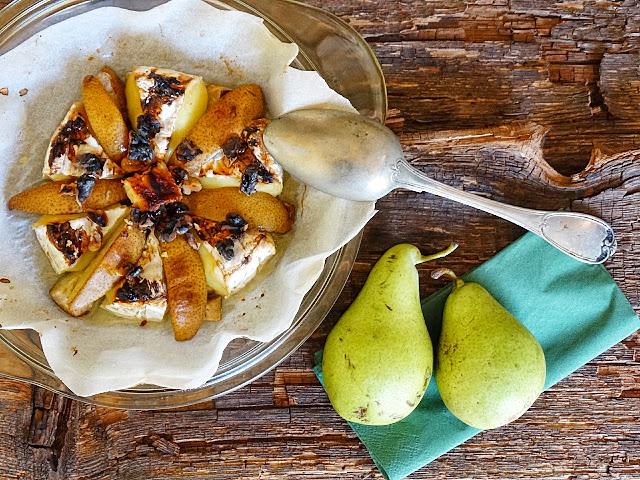 Цвете от запечен КАМЕМБЕР с круши орехи и мед