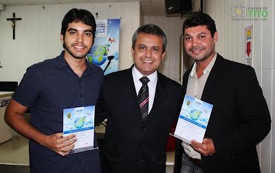 Da esquerda para a direita: Tito Garcez, Elber Batalha (Secretário de Estado do Turismo) e o jornalista Silvio Oliveira