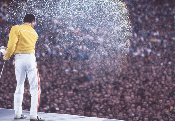 http://3.bp.blogspot.com/-z6tbDmYaPjw/Tpr_PvGwlwI/AAAAAAAAC7I/n-wLkLNM5zA/s1600/Freddie-Mercury-Live-at-Wembley.jpg