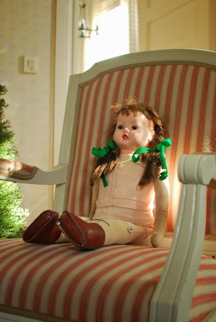 Muonamihen mökki - 50-luvun nukke ja kustavilainen nojatuoli