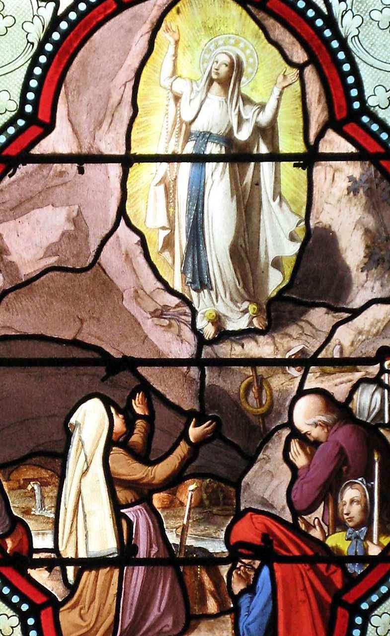 Santa Bernadette espelhava os atos e gestos de Nossa Senhora. Vitral da basílica da Imaculada Conceição, Lourdes