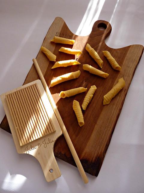 Julie julia esperimenti in cucina garganelli fatti in casa con zucchine pancetta e zafferano - Festoni compleanno fatti in casa ...
