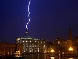 ¿Cumple el nuevo papa con el vaticinio de Nostradamus? Vaticano+rayo