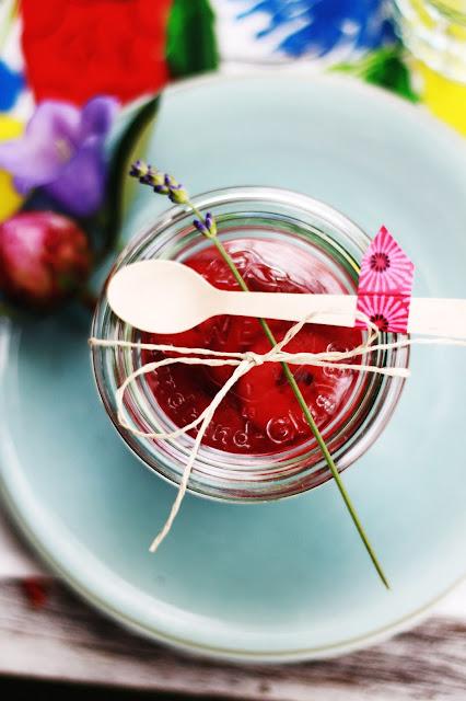 Erdbeerdessert im Einmachglas, Weckglas, schön verpackt, Gartenparty für zwei