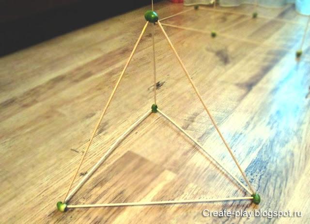 Объемный треугольник из желудей и палочек