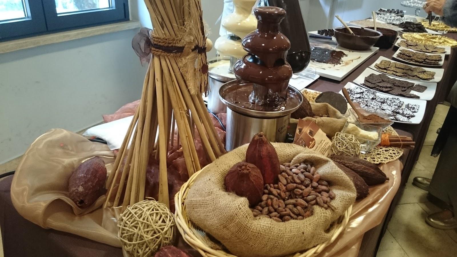 Tavola imbandita con un trionfo di Baci Perugina e cioccolatini vari a362ebcd742