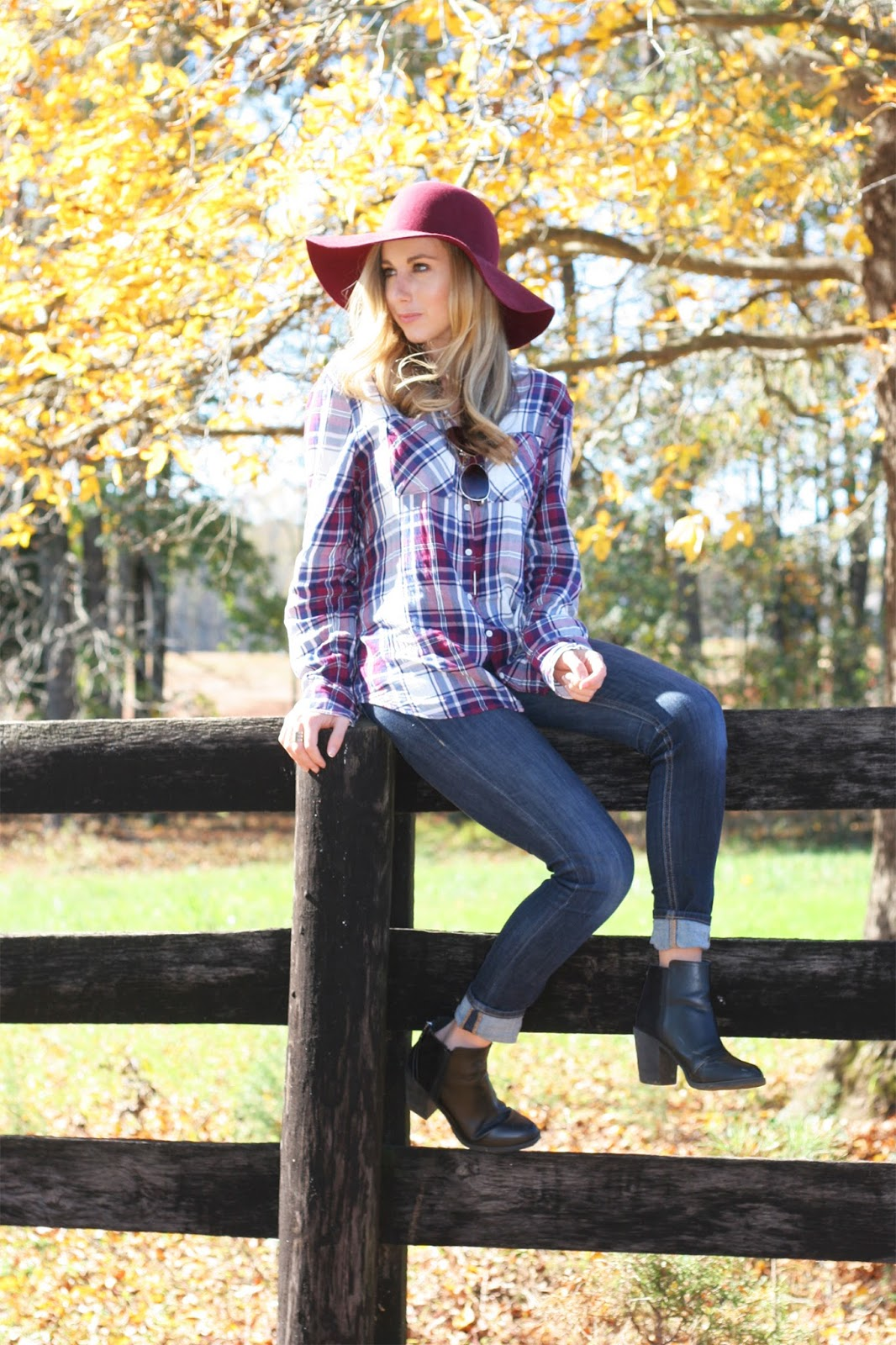 farm-fence-portrait-for-fall-plaid-with-hat-jeans-and-booties
