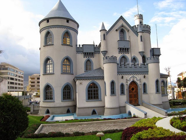 Los ladrillos de quito castillo larrea - Salones de torres ...