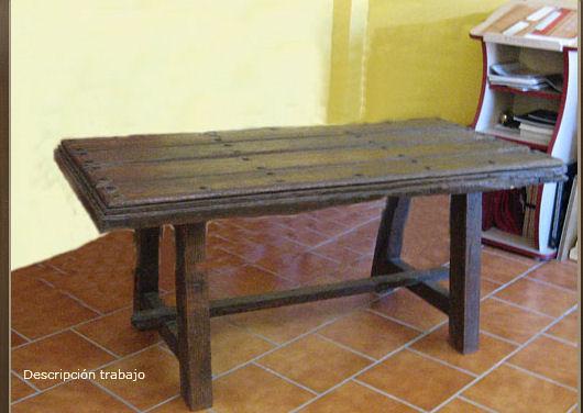 Artesanos carpinteros mesa con puerta vieja - Mesas con puertas ...