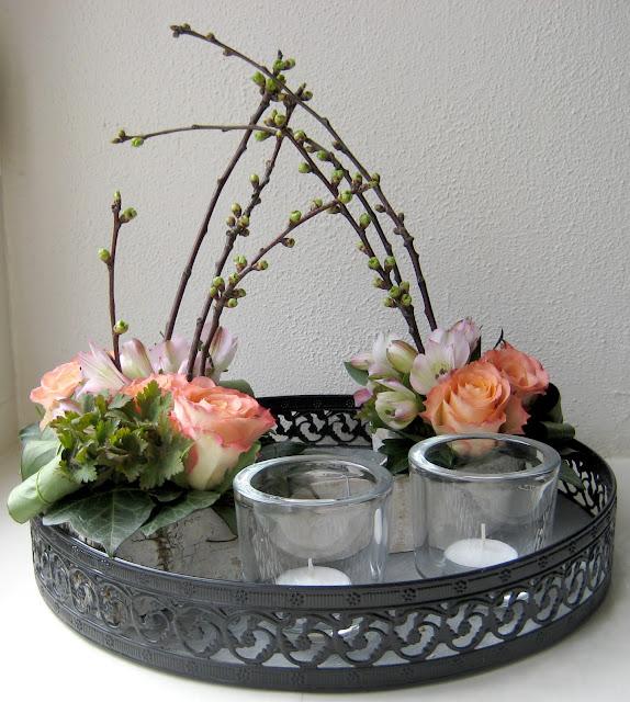 Bloemschikken bloemstuk voorjaar ronde schaal