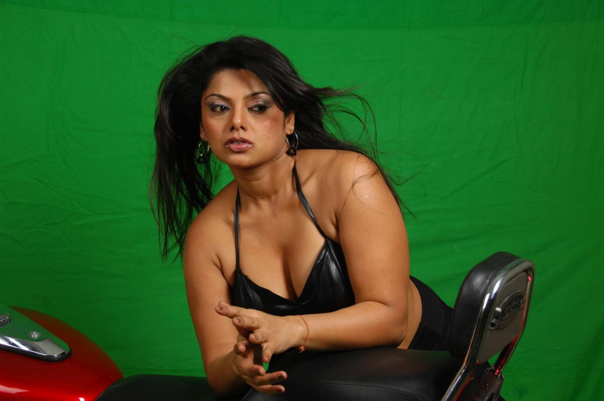 http://3.bp.blogspot.com/-zALbQrBvVNQ/T6gHOUsaA-I/AAAAAAAAMCA/jWG8aEIL3pk/s1600/Plumply-Swathi-Verma-in-Black-Dress-on-Bike-1.jpg