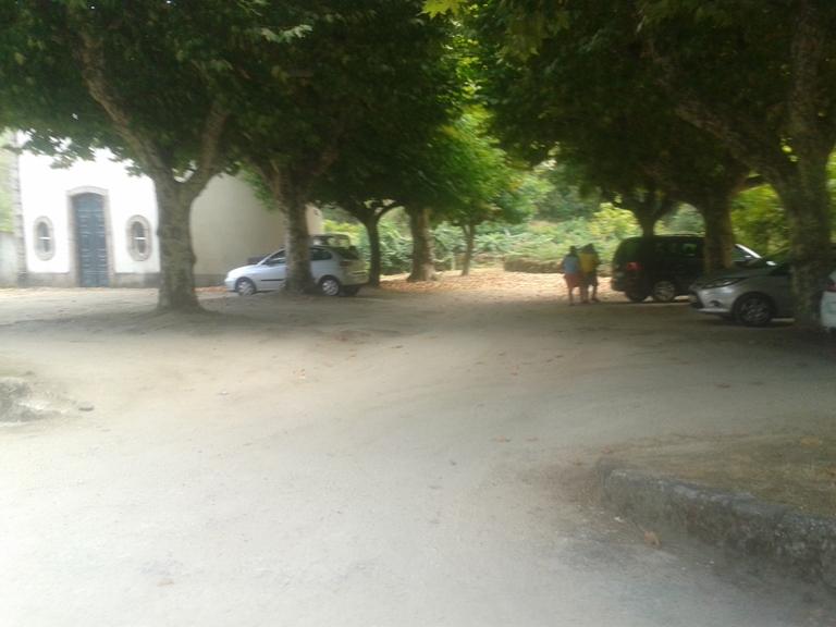 Parque de estacionamento com sombra