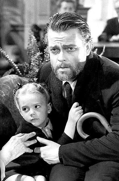 Orson Welles acogió a la pequeña con ternura, pero los ojos maliciosos de María veían algo más.