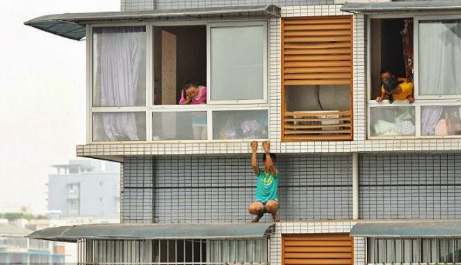 Hindari Hukuman, Bocah Panjat Atap Apartemen Berlantai 11