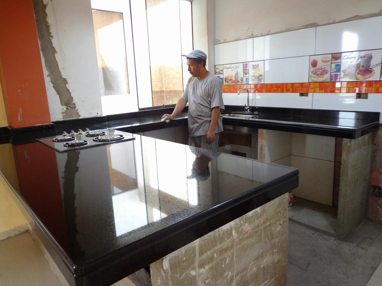 maestro marmolero y granitero realiza tableros de cocina en piedras naturales