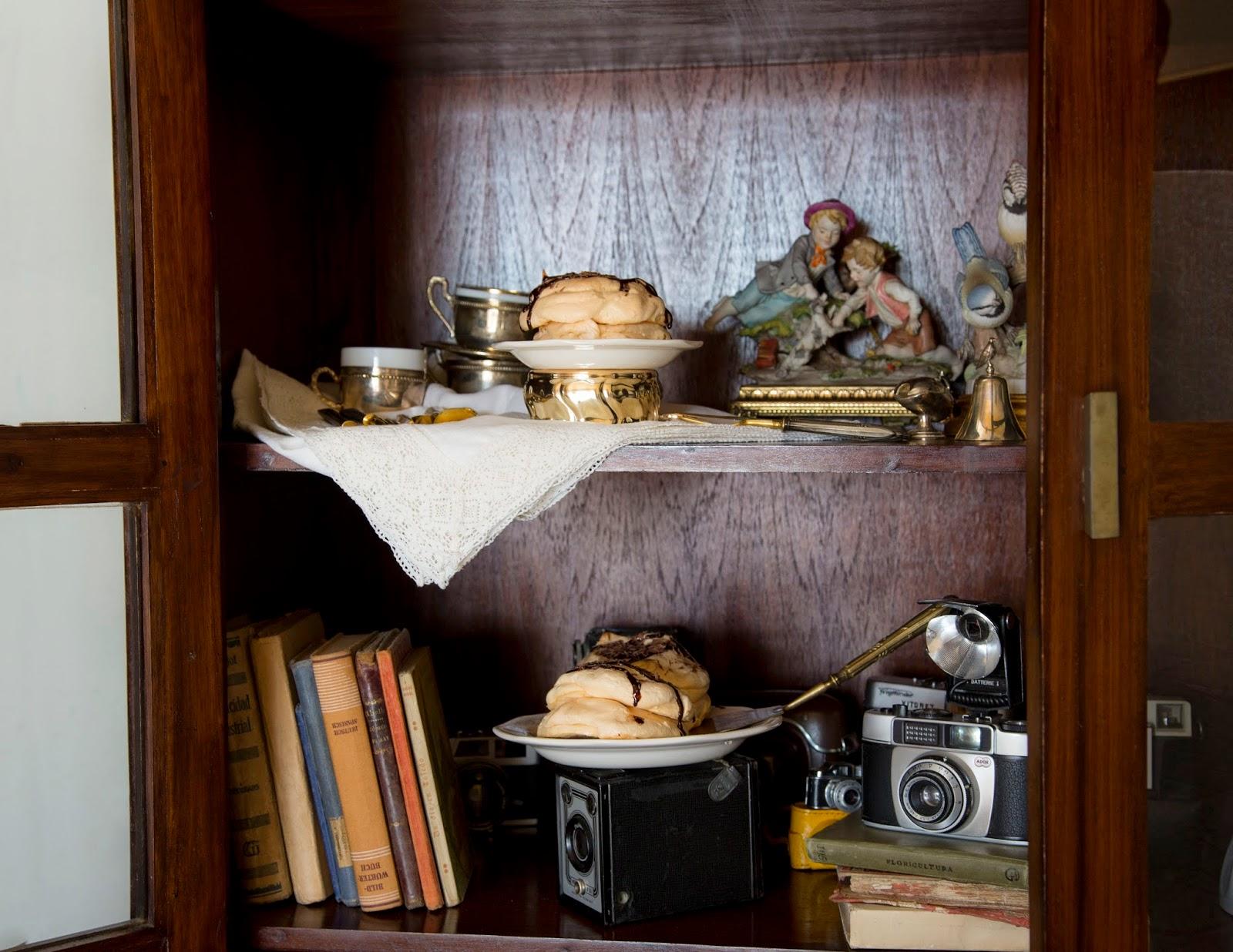 Tarta Pavlova con chocolate en vitrina con camaras antiguas