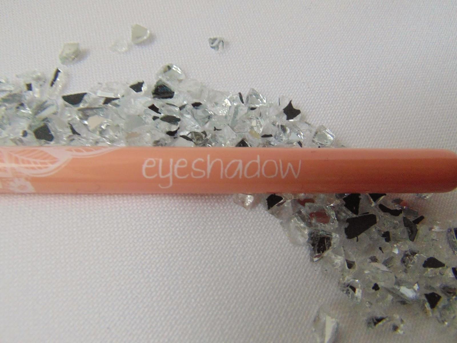 Essence: Neue Pinsel im floralen Design - Eyeshadow Brush - www.annitschkasblog.de