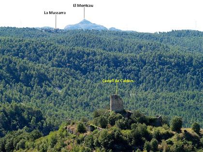 Magnífiques vistes del Castell de Calders, la Mussarra i el Montcau des de la Cova del Cargolaire