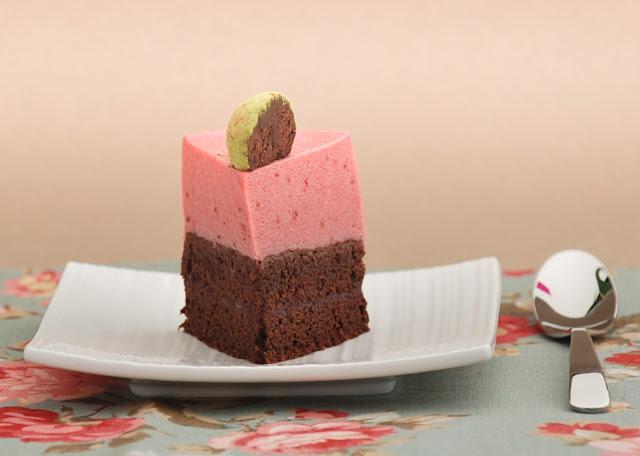 Tarta de chocolate y mousse de fresas