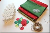 Decoração de natal feita com carretéis de linha reciclados