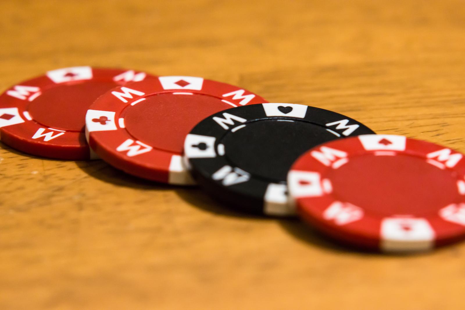奥行きがある構図で撮影した玩具のコインの写真