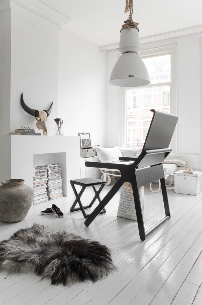 Black K desk by Rafa-kids - photo Paulina Arcklin