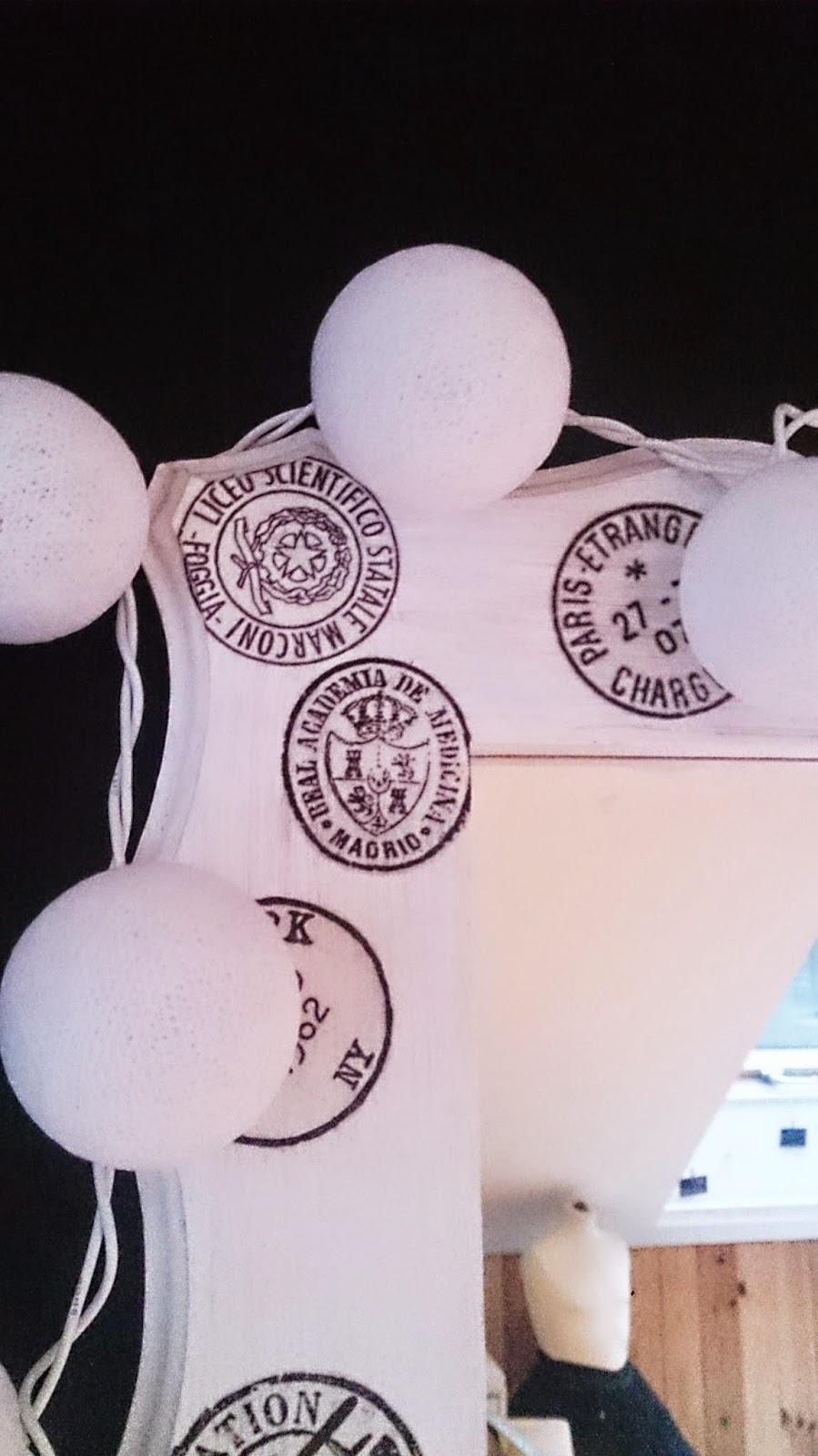 białe cotton balls lights,jak zrobć cotton ball light,biało czarne wnętrze,inspiracje b&w,rama lustra biała,blog diy,majstrkowanie,krok po kroku,inspiracje