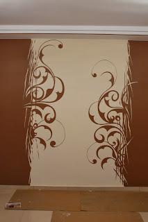 Malowanie grafiki na ścianie w salonie, motywem malowania jest graficzny wzór - esy floresy