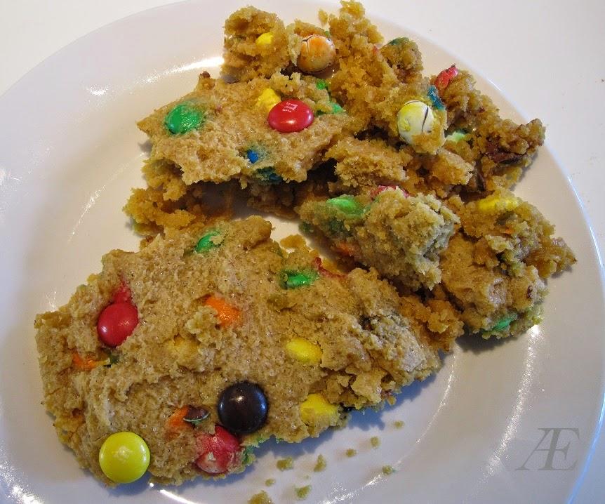 Opskrift på chocolate chip cookie med m&m's, bagt i mikroovn.