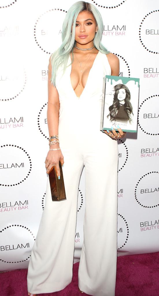 Kylie Jenner com decotão e cabelo verde água em evento